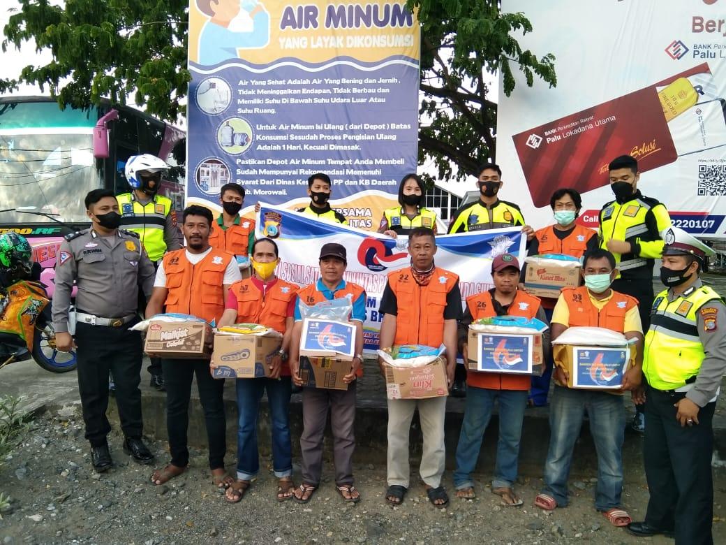 foto: Personil Satuan Lalu Lintas Polres Morowali Saat Memberikan Bantuan Sembako (red)
