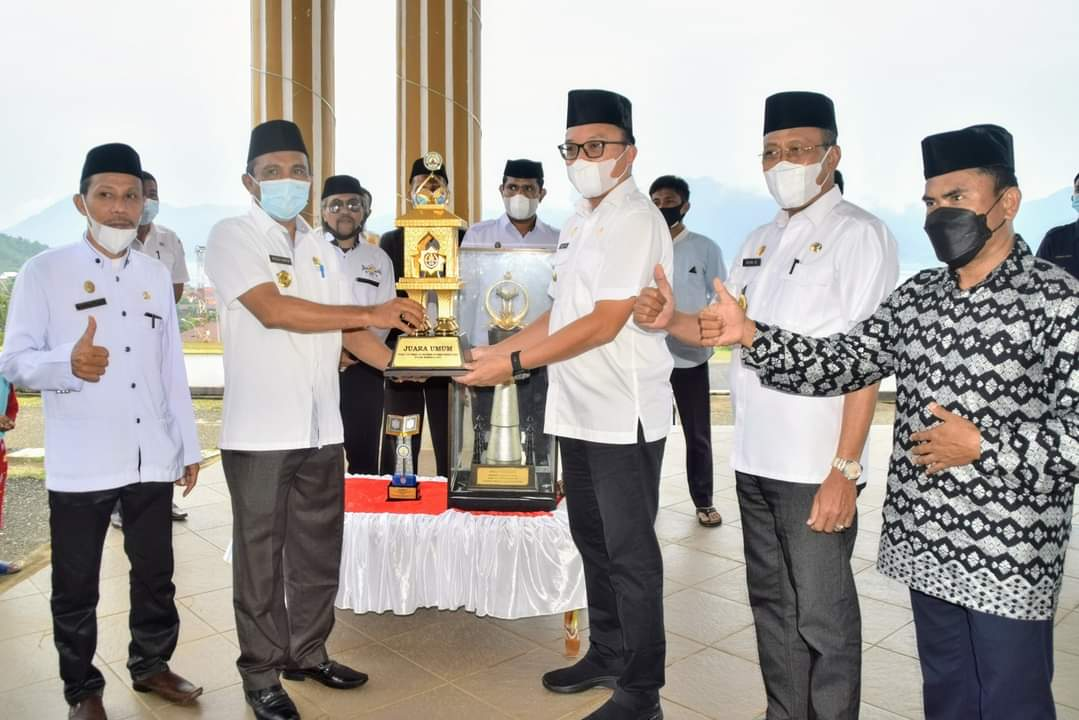 Bupati Morowali Utara yang didampingi oleh Wakil Bupati saat menerima piala bergilir juara umum STQH dari Ketua LPTQ Morowali Utara.