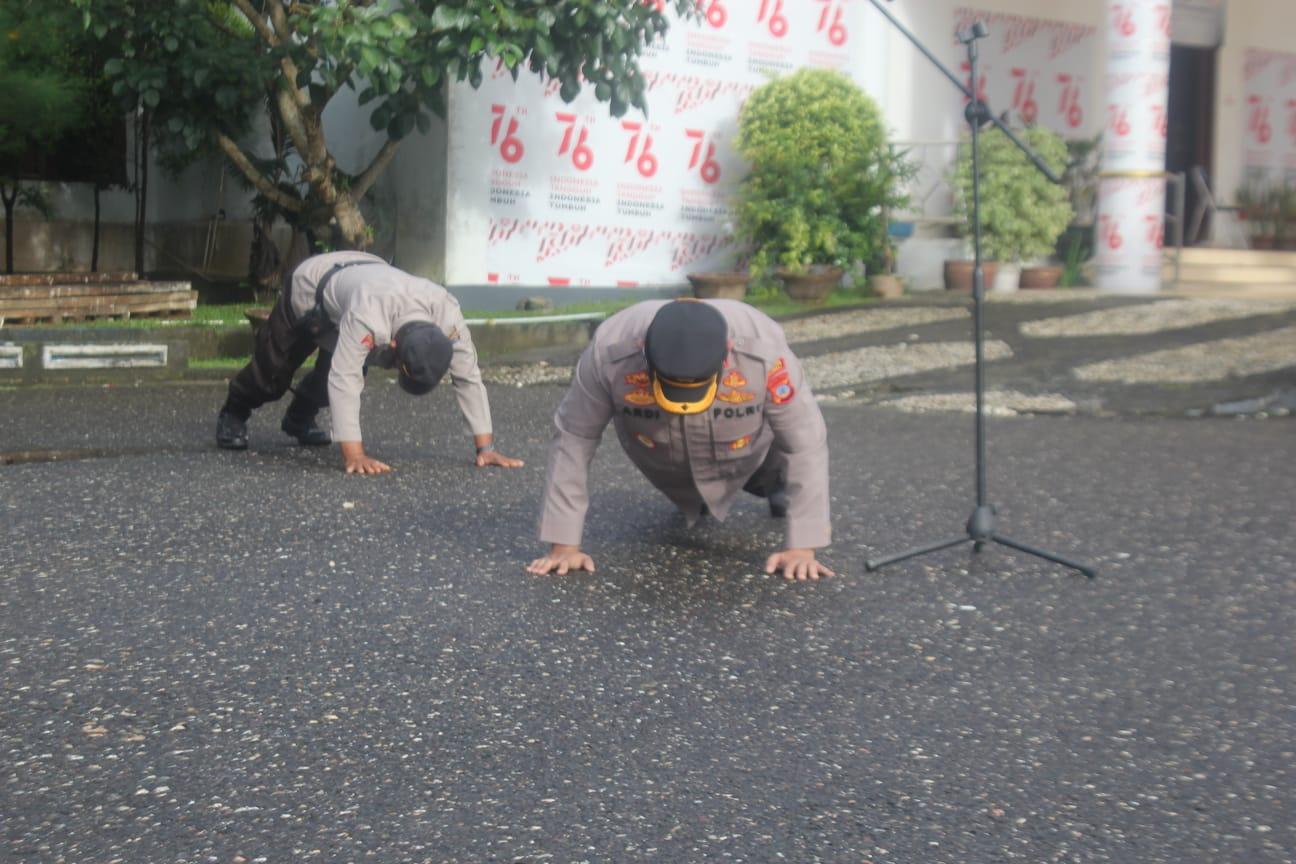 foto: Kapolres Ardi Rahananto melakukan push up saat apel di Kantor Bupati Morowali
